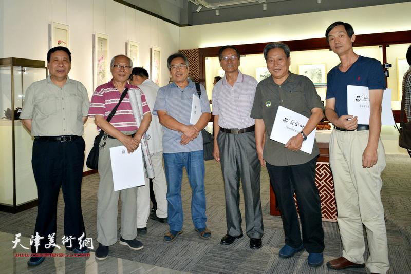 左起:王大成、李建华、张建华、张金锁、单连辰、郭福森、安长生、赵树松在画展现场。