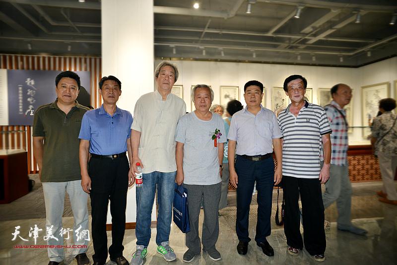 左起:单连辰、郭福森、张亚光、阮克敏、张养峰、王大成在画展现场。