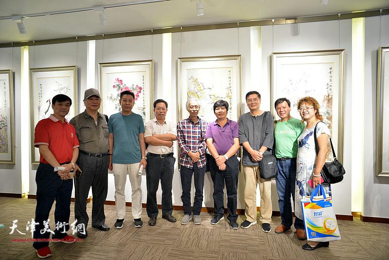 左起:王群英、陈冠英、李增亭、郭增庆、姚景卿、王惠民、张佩刚、李根友、张春蕾在画展现场。
