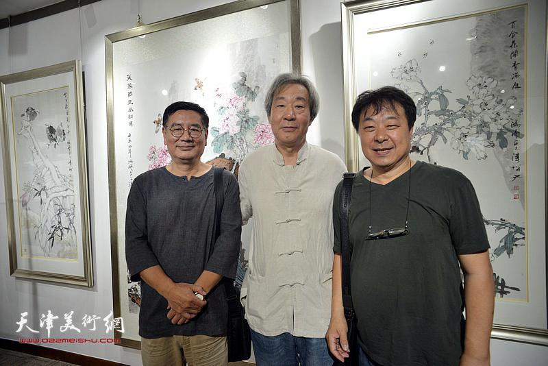 左起:张佩刚、张亚光、左锡云在画展现场。
