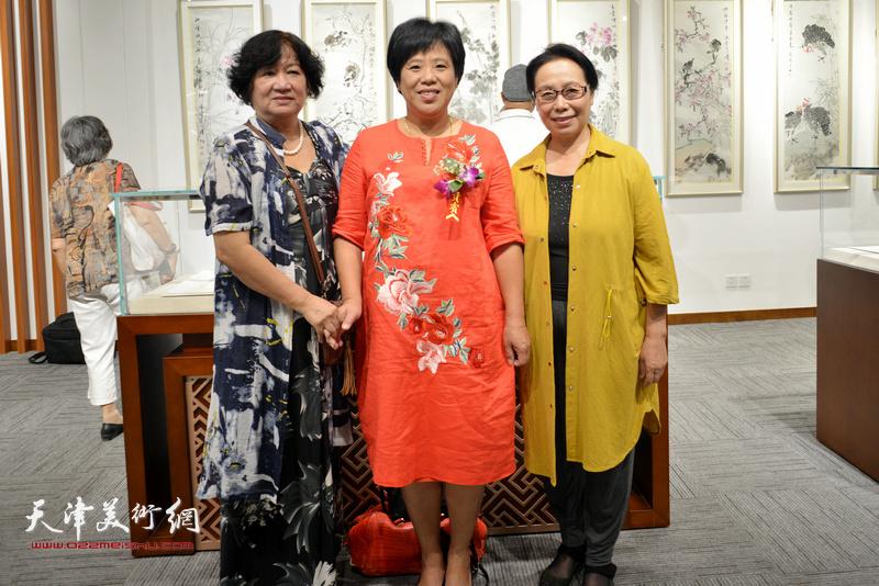 左起:孟昭丽、林小洁、崔燕萍在画展现场。