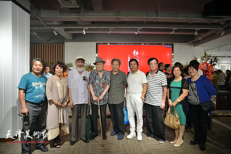 左起:孙富泉、史玉、谢梦、孙长康、霍然、高学年、王大成、冯字锦、徐立云在画展现场。