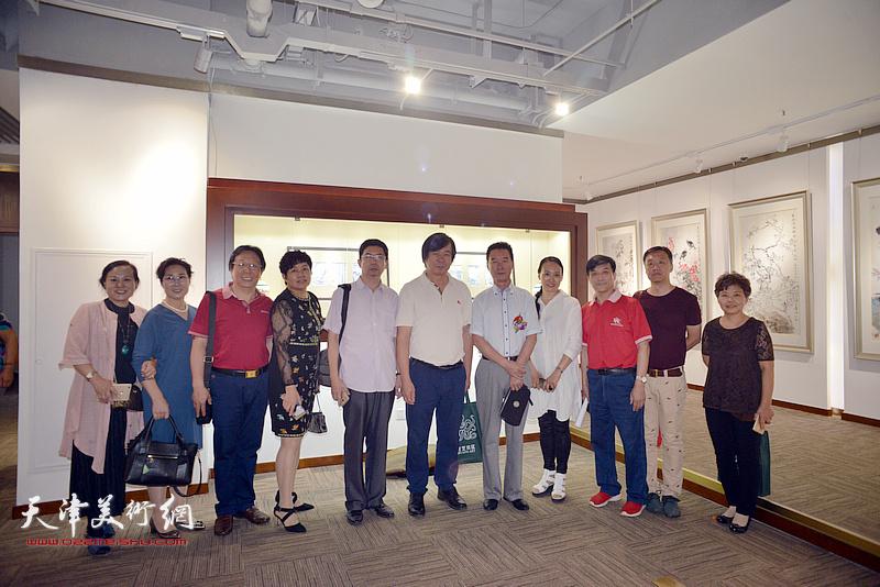 左起:丛合兹、陈冠英、王惠民、史玉、李根友、安长生、李增亭、薛海强、孙富泉、张建华在画展现场。