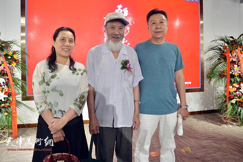 左起:杨俊玲、谢梦、李增亭在画展现场。