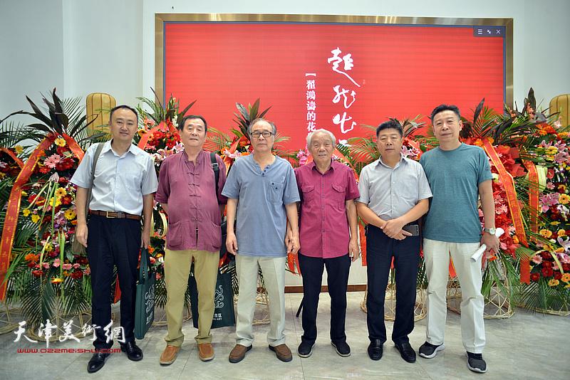 左起:柴博森、张永生、郭书仁、纪振民、张养峰、李增亭在画展现场。