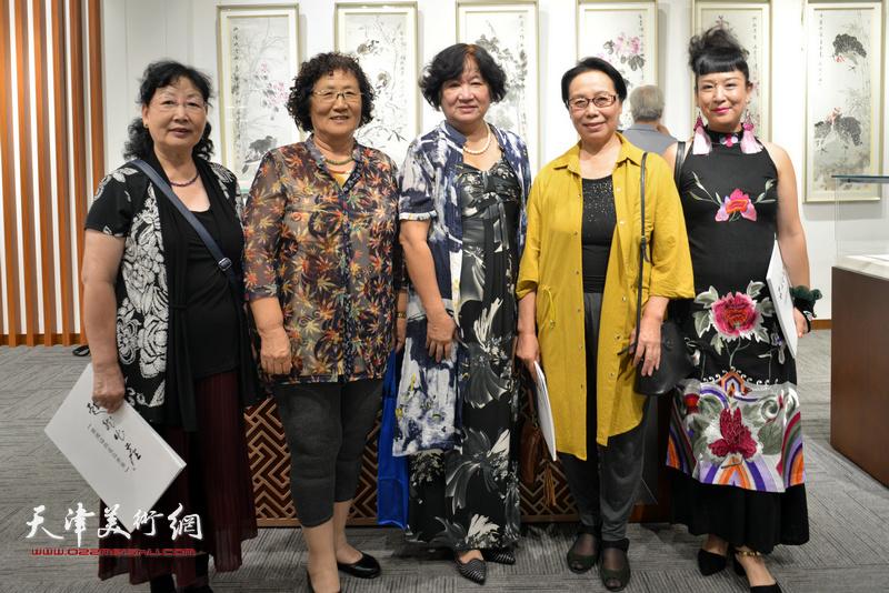 左起:王学莲、董学文、孟昭丽、崔燕萍、黄雅丽在画展现场。