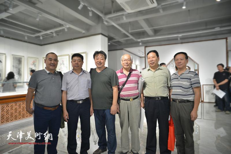 左起:刘强、张养峰、左锡云、蔡金顺、杨利民、张建华在画展现场。
