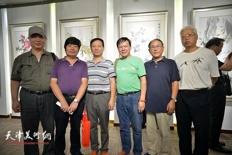 左起:陈冠英、王惠民、张建华、李根友、安长生、李伯增在画展现场。