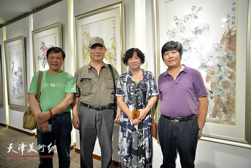 左起:李根友、陈冠英、孟昭丽、王惠民在画展现场。