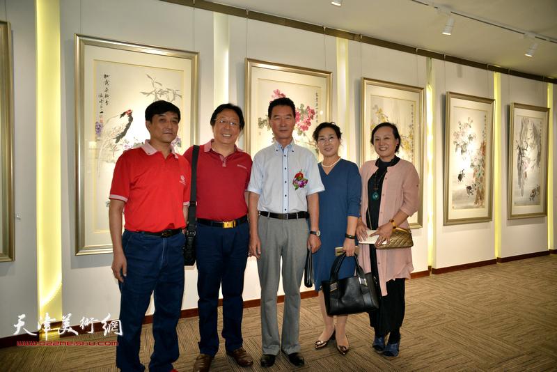 陈之海、王群英、范凤春与来宾在画展现场。