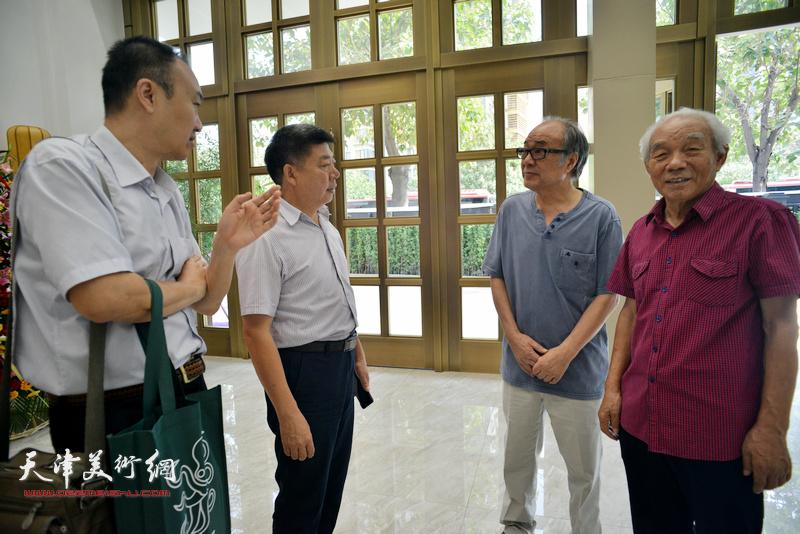 纪振民、郭书仁、柴博森、张养峰在画展现场交流。
