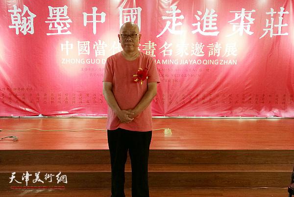 """马俊卿在""""翰墨中国 走进枣庄——中国书画名家邀请展""""现场。"""