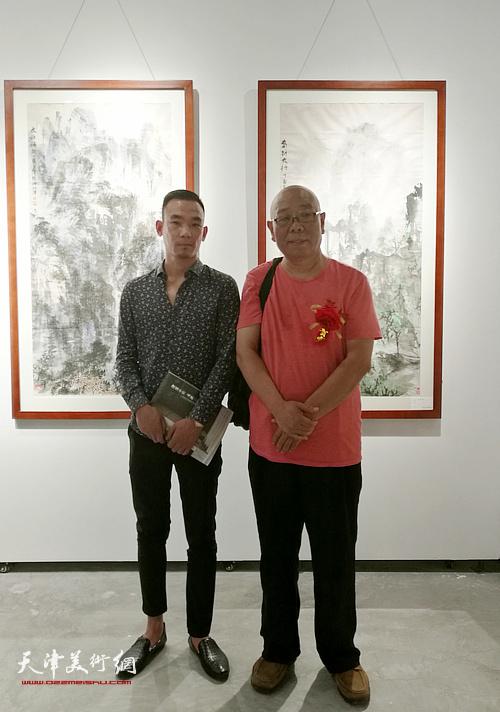 马俊卿与来宾在画展现场。