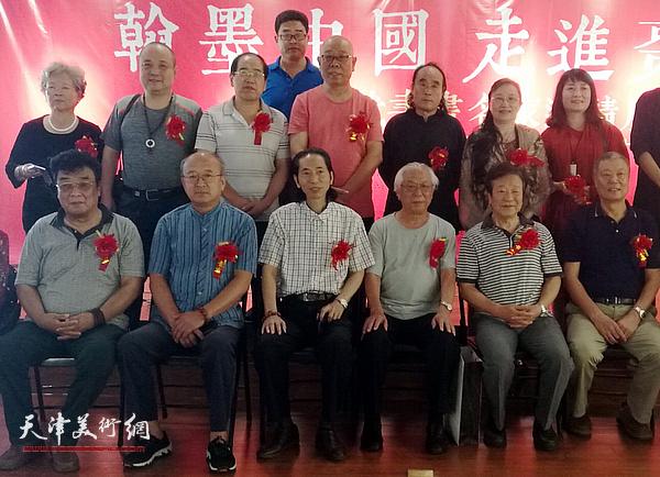 """马俊卿(前排左三)与部分参展作者在""""翰墨中国 走进枣庄——中国书画名家邀请展""""现场。"""