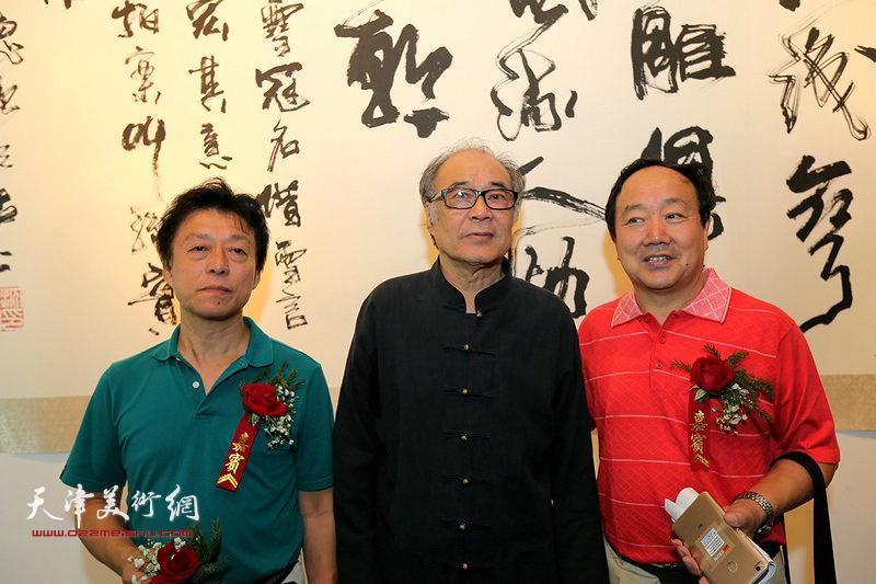 郭书仁与沈德强、李军在书画展现场。