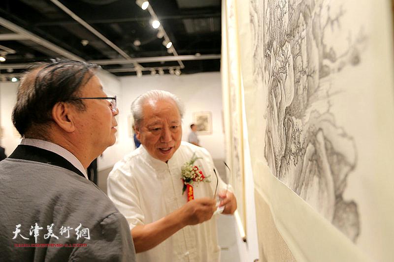 王超、陈启智观赏展出的作品。