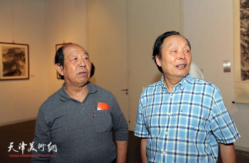 向中林、韩祖音在观赏展出的作品。