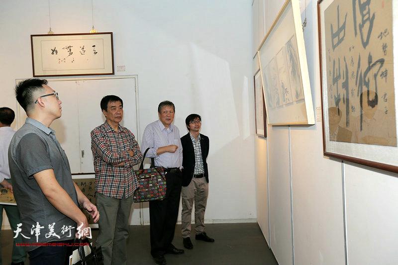 姜维群等在观赏展出的作品。