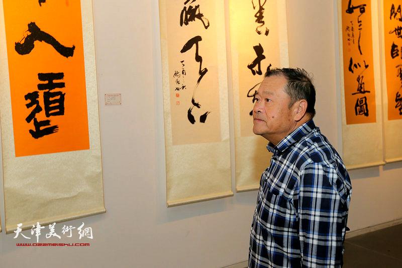 董铁山在观赏展出的作品。