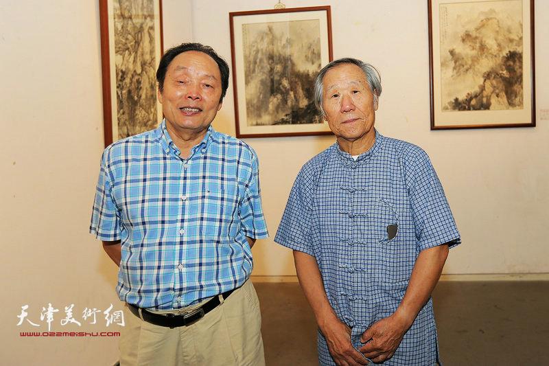 姬俊尧、向中林在画展现场。