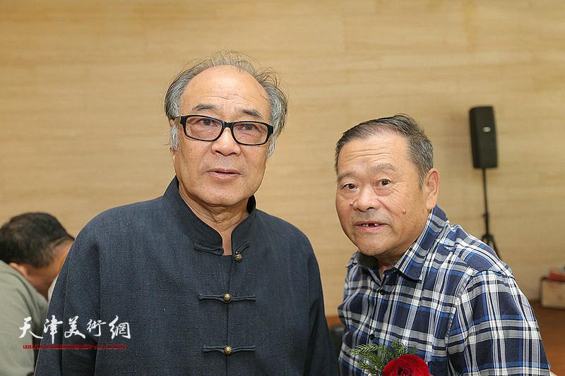 郭书仁、董铁山在画展现场。