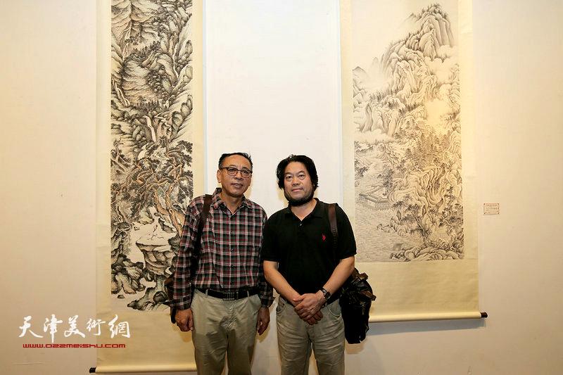 王炳学、朱彦民在画展现场。