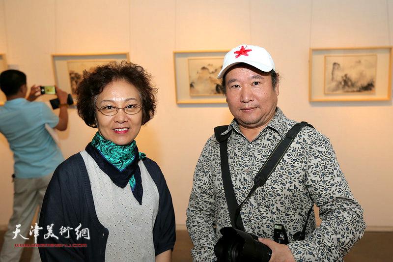 李淑香、王强在画展现场。
