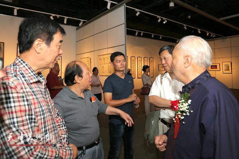 顾志新、韩祖音、姜维群在画展现场交流。