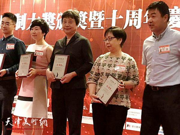 天津中铁物资印业有限公司总经理赵洪秀(中)在颁奖现场。