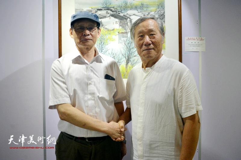 姬俊尧(右)与上海市海上兰亭书法院副院长周逸范在展览现场。