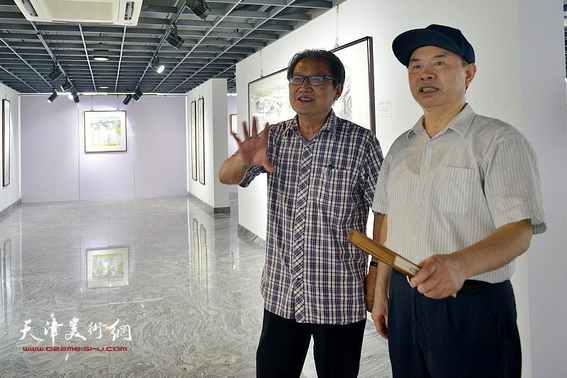 王国贤(右)与上海市书法家协会主席周志高在展览现场。