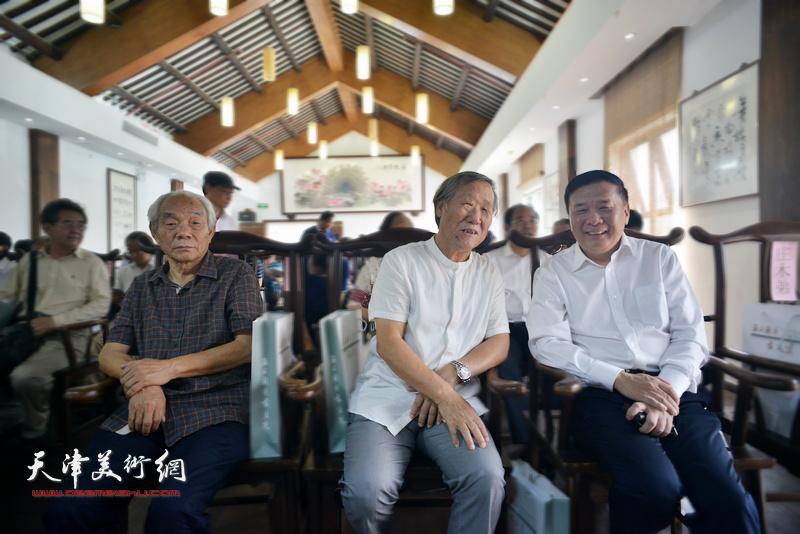 姬俊尧、纪振民与上海市文联副主席迟志刚在开幕仪式上。