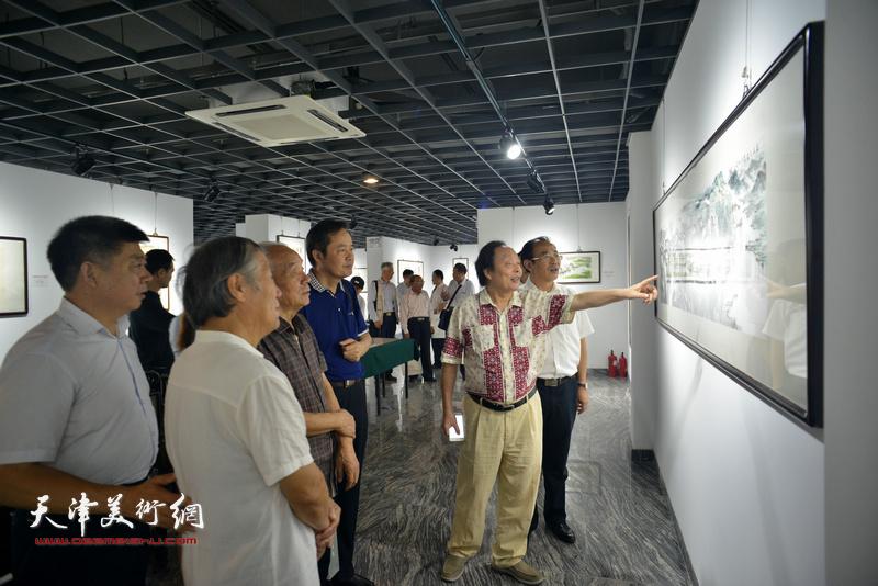 纪振民、姬俊尧、向中林、张培基、卞昭宏、张养峰观赏展出的作品。