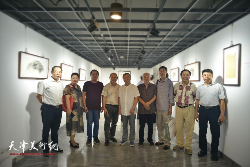 纪振民、姬俊尧、向中林、张芝琴、卞昭宏与上海的嘉宾在展览现场。