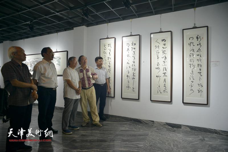 纪振民、姬俊尧、向中林、卞昭宏、张养峰观赏展出的作品。