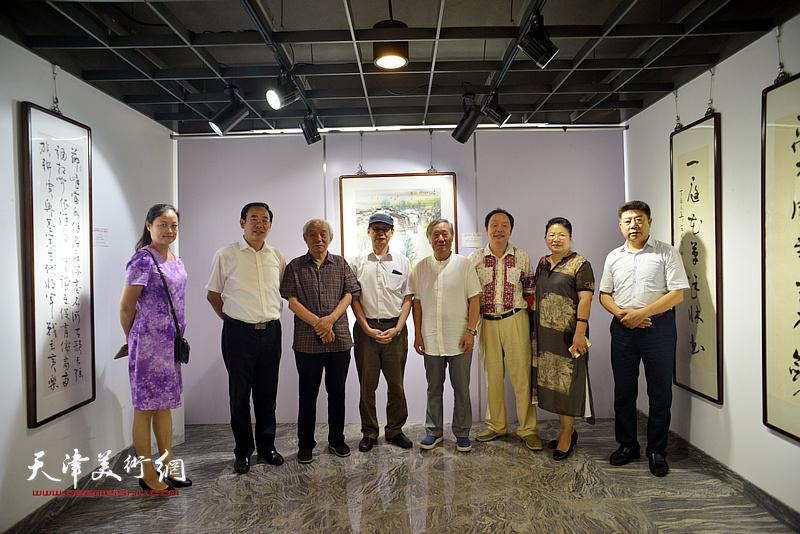 左起:王昕、卞昭宏、纪振民、周逸范、姬俊尧、向中林、张芝琴、张养峰在展览现场。