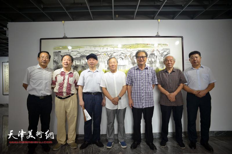 左起:卞昭宏、向中林、王国贤、姬俊尧、周志高、纪振民、张养峰在展览现场。