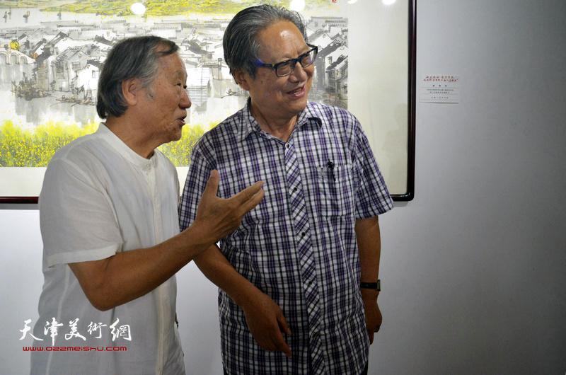 周志高、姬俊尧在展览现场。