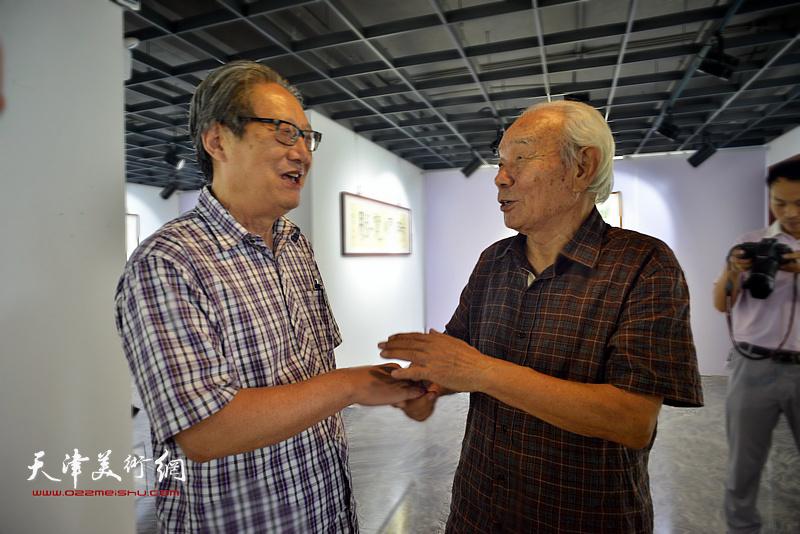 周志高、纪振民在展览现场。