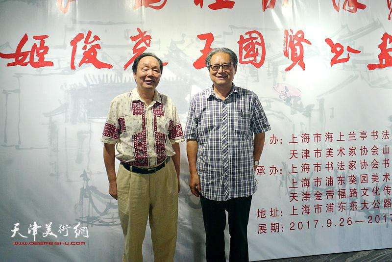 周志高、向中林在展览现场。