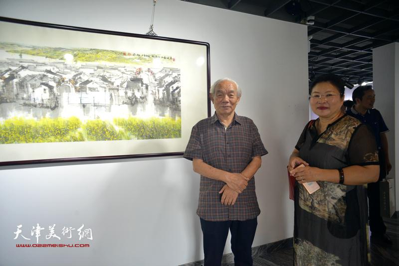 纪振民、张芝琴在展览现场。