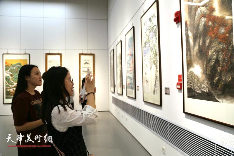 每幅作品都受到观者的关注