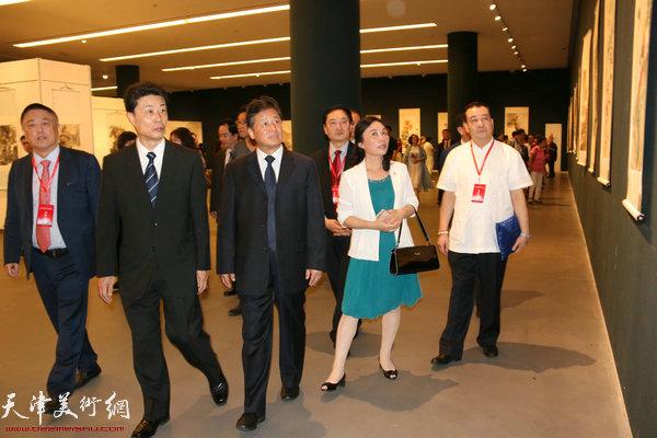 刘长喜、王禹、胡胜才、陈钟林等观展。