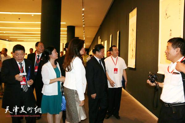 刘长喜、胡胜才、陈钟林、王冠峰等在观赏展出的作品。