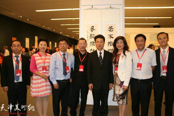 胡胜才与各地嘉宾、参展作者在展览现场。