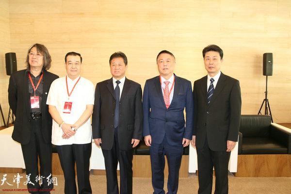 刘长喜、胡胜才、王冠峰等在展览现场。