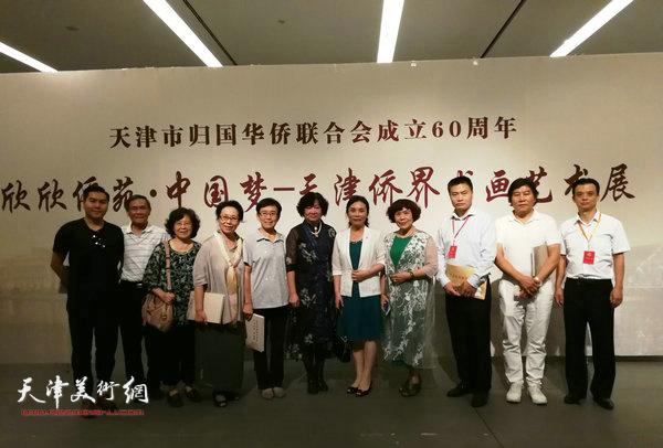 陈钟林与书画家孟昭丽、肖慧珠、崔燕萍、史玉、高学年、高嵩等在展览现场。