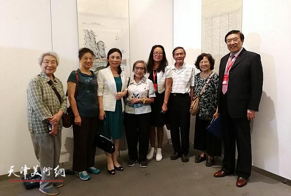 陈钟林与书画家李玉芬等在展览现场。