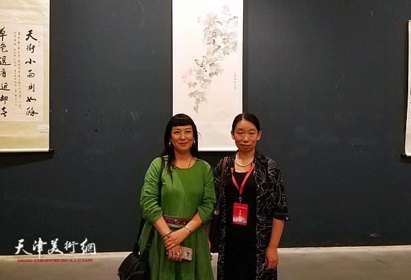 庄雪阳、黄雅丽在展览现场。