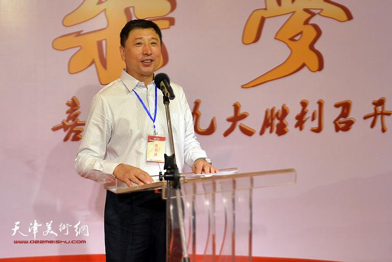 长城书画院秘书长王勇主持书画展开幕仪式。